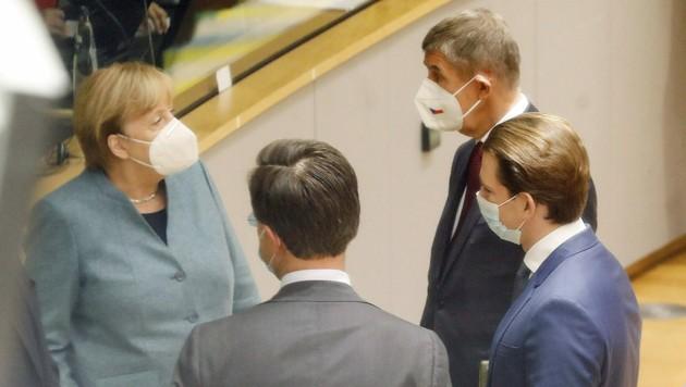 Bundeskanzler Sebastian Kurz im Gespräch mit Kanzlerin Angela Merkel und den Premiers Mark Rutte und Andrej Babis (Bild: APA/BKA/Dragan Tatic)