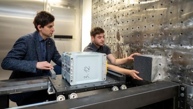 Die Crashanlage wurde am Institut für Fahrzeugtechnik entwickelt (im Bild: Christian Ellersdorfer, Christian Trummer). (Bild: Lunghammer/TU Graz )