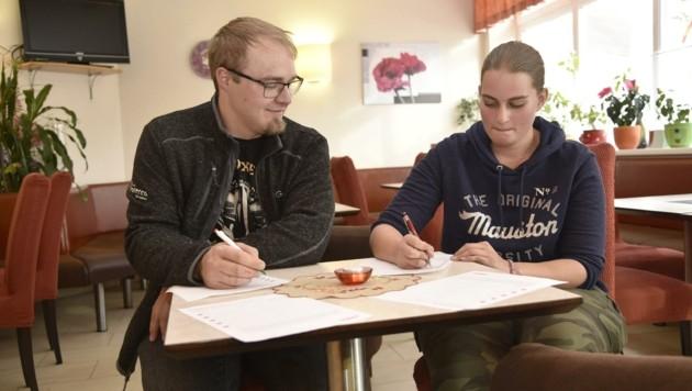 Anna Lischent und Georg Wind füllen das Datenblatt im Lungauer Cafe Prosecco gerne aus (Bild: Holitzky Roland)