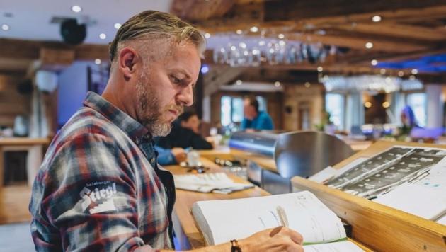 Der Kapruner Gastronom Josef Kendlbacher setzt künftig auf eigene Papierlisten (Bild: EXPA/ Stefanie Oberhauser)