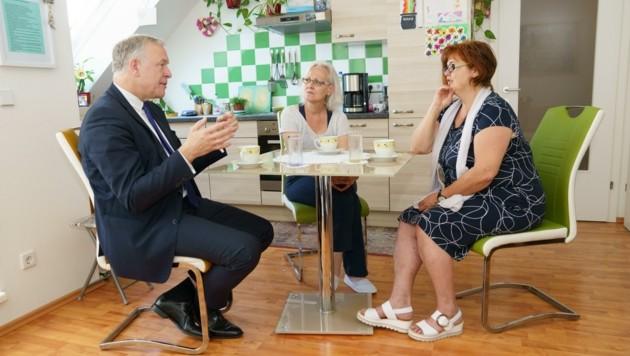 Persönlich zu Besuch bei Frau A. (Mitte) kam der für den Wohnbau zuständige Landesrat Martin Eichtinger. (Bild: zVg)