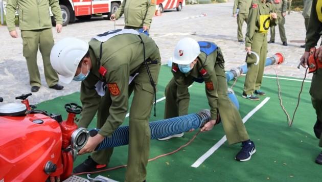Geschwindigkeit und Teamwork sind beim Kuppeln gefragt. (Bild: Ortsfeuerwehr Leithaprodersdorf)