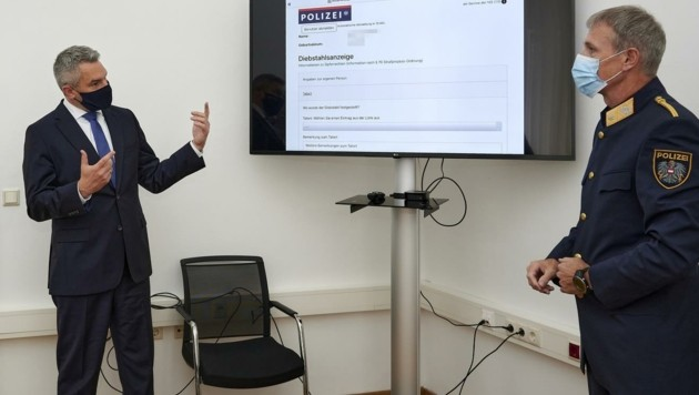 Innenminister Karl Nehammer präsentiert das ab sofort zur Verfügung stehende Online-Formular. (Bild: BMI/Karl Schober)