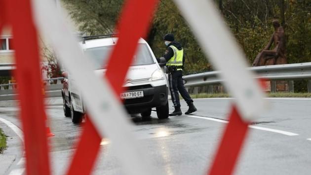 Für zwei Wochen steht die Tennengauer Gemeinde unter der Glasglocke. Die Polizei hält an vier Ortseinfahrten Wache. (Bild: Tschepp Markus)