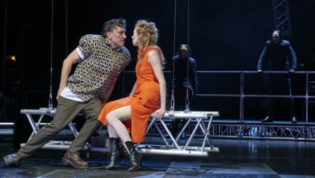 Helmuth Häusler als Liliom mit Theresa Palfi als Julie (Bild: Herwig PRAMMER)