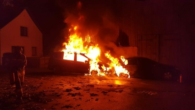Die beiden Pkw brannten in einer Straße aus. (Bild: Roland Holitzky)