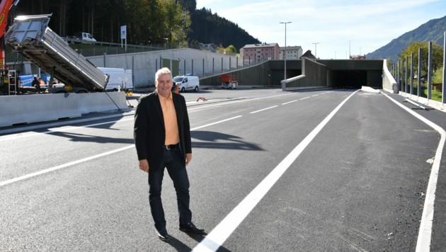 Bürgermeister Eberhard Wallner vor dem Portal der Unterflurtrasse Unzmarkt (Bild: Kevin Geißler)