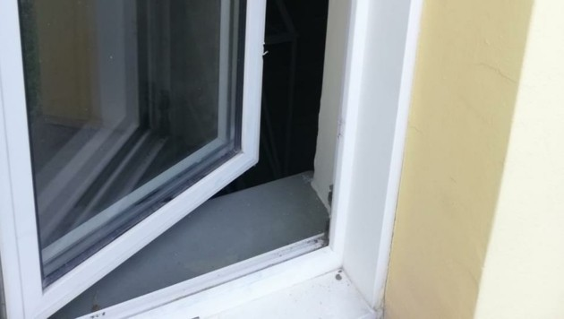 Diebe brachen das Fenster zum Haus auf. (Bild: Schulter Christian)