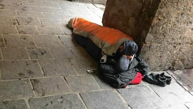 Trotz Nächtigungsverbot ein häufig zu sehendes Bild: Obdachlose schlagen ihre Zelte vor den Geschäften der Innsbrucker Altstadt auf. Notschlafstellen wären jedoch zur Genüge vorhanden. (Bild: zvg)