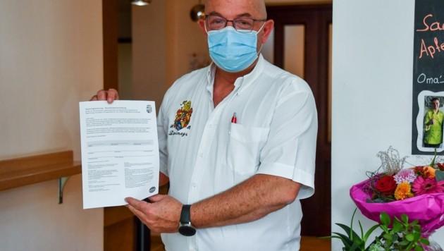 Gerold Royda zeigt das Formular für die Gästeregistrierung (Bild: Dostal Harald)