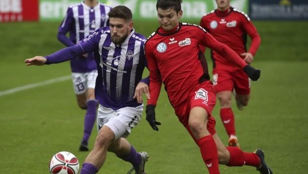 Sorda (li. gegen Anifs Zschock) sicherte mit der Austria Rang zwei in der Regionalliga Salzburg ab. Wie geht es nun weiter? (Bild: Tröster Andreas)