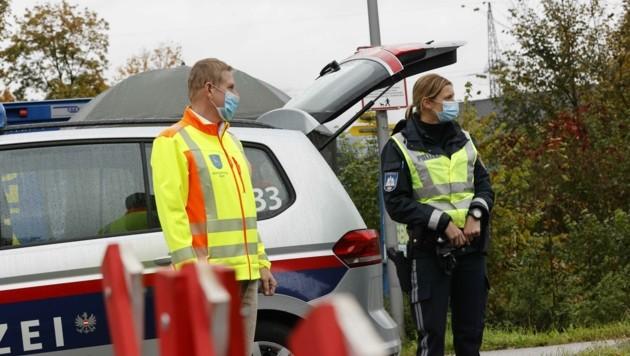 Quarantäne-Alltag in Kuchl: Bürgermeister Thomas Freylinger (ÖVP) auf Visite bei den Polizeisperren am Ortsrand (Bild: Tschepp Markus)
