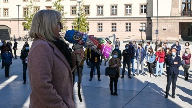 """Schullandesrätin Beate Palfrader versuchte den Demonstranten zu erklären, wieso Distance-Learning notwendig ist. Ihre Aussagen überzeugten die Schüler aber nicht. Sie erntete jede Menge lauter """"Buh""""-Rufe. (Bild: LIEBL Daniel   zeitungsfoto.at)"""