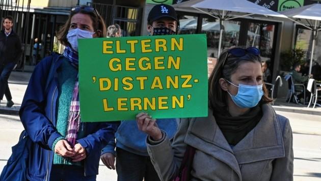 Auch besorgte Eltern zeigten sich mit Plakaten solidarisch mit den Schülern. (Bild: LIEBL Daniel/zeitungsfoto.at)