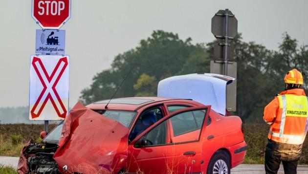 Der Pkw war im Frontbereich stark beschädigt. Alle vier Insassen überlebten die Kollision mit Verletzungen. (Bild: FOTOKERSCHI.AT / KERSCHBAUMMAYR)