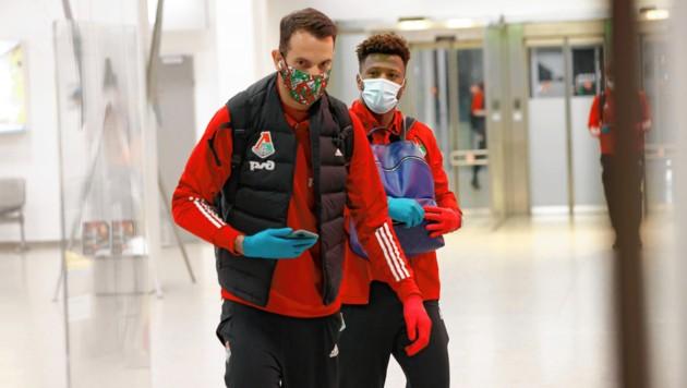 Mit Masken und Handschuhen kamen die Spieler von Lok Moskau in Salzburg an. (Bild: Markus Tschepp)