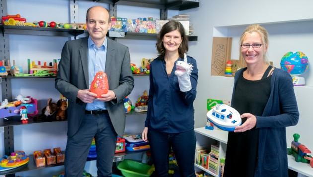 SOS-Kinderdorf-Geschäftsleiter Clemens Klingan, Sarah Tanzer (SOS-Ballon) und Martina Wiener (SOS-Ballon) (Bild: APA/GEORG HOCHMUTH)