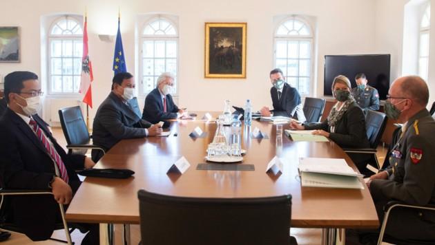 Brisantes Treffen in Wien: Der indonesische Verteidigungsminister Prabowo Subianto (li.) und Klaudia Tanner (Bild: Bundesheer/Carina Karlovits)