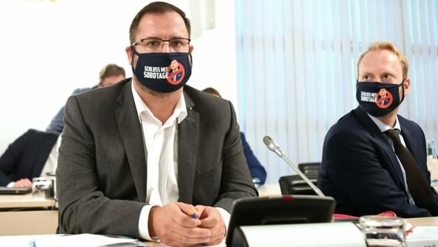 """FPÖ-Fraktionsführer Christian Hafenecker sorgte mit seinem """"Anti-Sobotage""""-Mundschutz für Aufsehen im Ibiza-U-Ausschuss. (Bild: APA/HELMUT FOHRINGER)"""