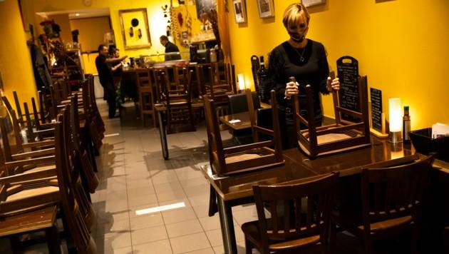 Am Sonntag bereiteten sich die Restaurants in Brüssel darauf vor, erneut zusperren zu müssen. (Bild: AP)