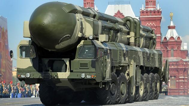 Eine russische Interkontinentalrakete des Typs Topol-M bei einer Parade am Roten Platz in Moskau (Bild: AFP)