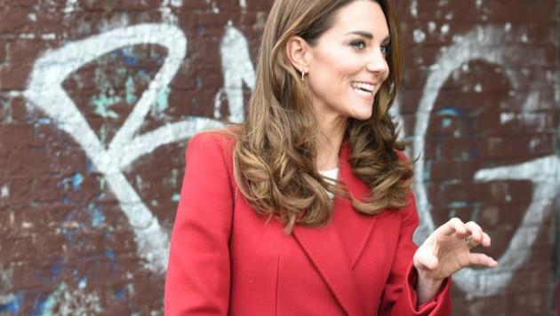 Herzogin Kate war in ihrem feuerroten Mantel ein echter Hingucker. (Bild: ROTA / Camera Press / picturedesk.com)