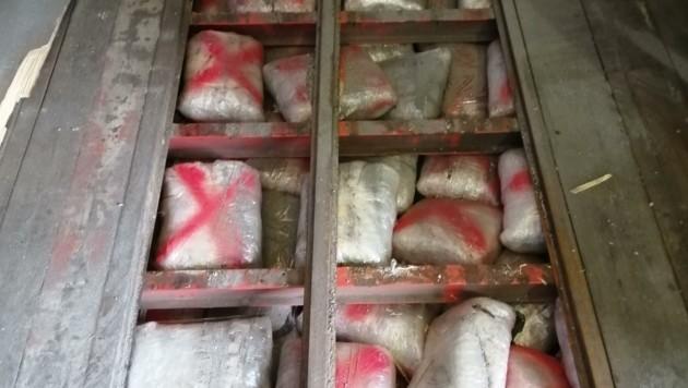Fundort im Sattelanhänger: Die Drogen waren gut verpackt, innen mit Luftpolsterfolie, außen mit Plastik. (Bild: BMF/Zollamt)