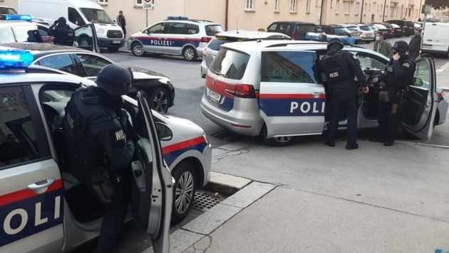 Polizei-Großaufgebot am Montag nach einem Bankraub in Wien: Vier Verdächtige gingen wenig später der Cobra ins Netz. (Bild: Viktoria G.)