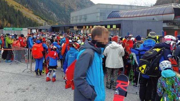 Mitte Oktober 2020: Anstellen ohne ausreichende Abstände am Stubaier Gletscher (Bild: zVg)