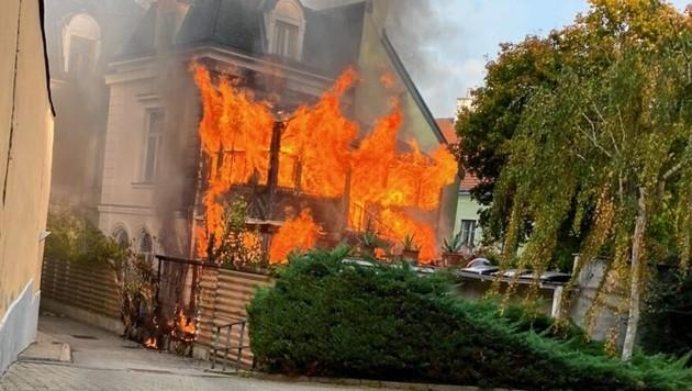 """Flammeninferno in einer Villa in Wien-Hernals (Bild: """"Krone""""-Leserreporter)"""