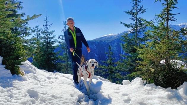 """Gerald Taferner mit """"Beverly"""" am Erzberg Höhenweg. """"Hier gefällt es mir und es tut einfach gut, sich draußen in der Natur zu bewegen."""" (Bild: Wallner Hannes)"""
