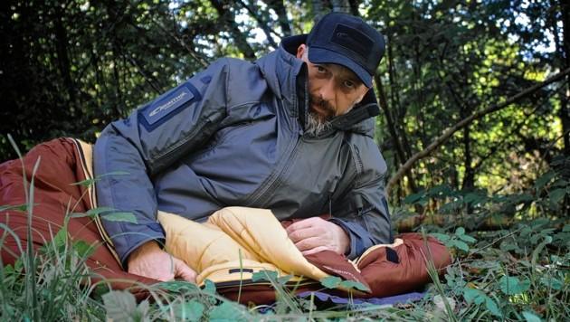 Gerd Matschek von Carinthia überzeugt sich selbst von der hervorragenden Qualität der Carinthia-Schlafsäcke. (Bild: Wallner Hannes)