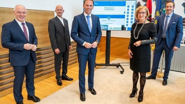 Ecoplus-Chef Helmut Miernicki mit Zeppelzauer, Landesrat Danninger, Landeshauptfrau Mikl-Leitner und Reutterer. (Bild: NLK/Filzwieser)