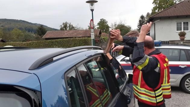 Maria-Anzbach: Feuerwehrleute mussten die Tür aufkeilen. (Bild: FF Unter-Oberndorf)