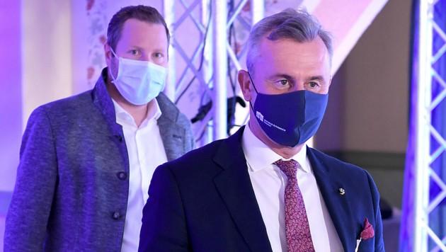 Generalsekretär Michael Schnedlitz und Bundesparteiobmann Norbert Hofer nach der Sitzung des Parteipräsidiums (Bild: APA/ROLAND SCHLAGER)