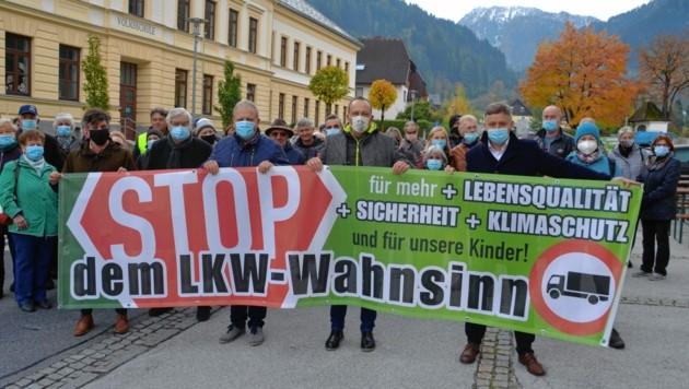 In Trieben protestierten Politiker und Bewohner gegen Mautflüchtlinge: W. Moitzi, H. Schöttl, A. Forstner, L. Schönleitner (Bild: Weeber Heinz)