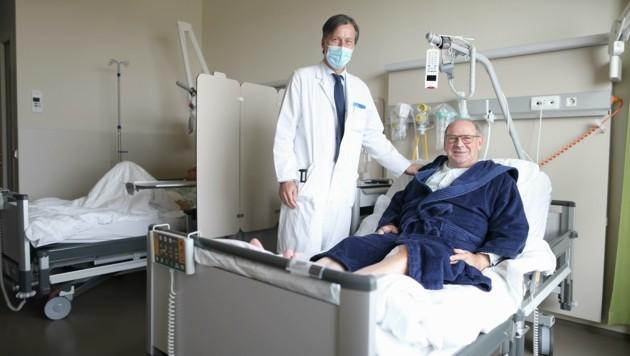 Johann Neuberger und Primar Dr. Martin Grabenwöger, Leiter der Herz- und Gefäßchirurgie in der Klink Floridsdorf (Bild: Gerhard Bartel)