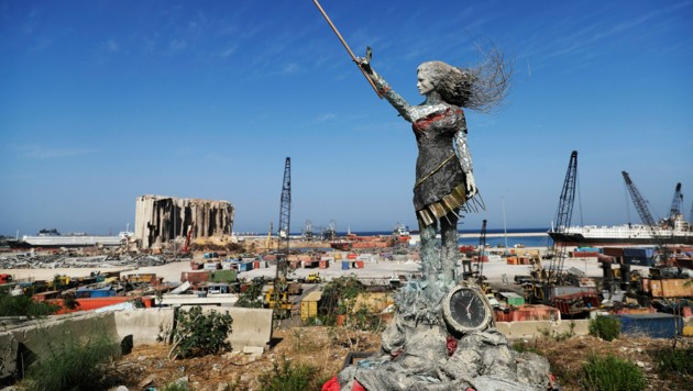 In Beirut hat eine Künstlerin aus den Trümmern der Explosion die Statue einer Frau gebaut. (Bild: AFP )