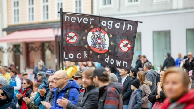 Mehrere Hundert Menschen demonstrierten am vergangenen Wochenende am Residenzplatzgegen die Corona-Maßnahmen. (Bild: wildbild)