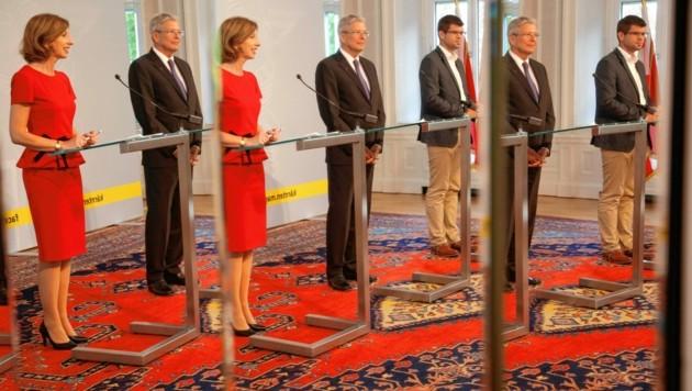 Im Spiegelsaal der Landesregierung verdoppeln und verdreifachen sich Politiker. So wie Kaiser, Schaunig und Gruber. (Bild: Rojsek-Wiedergut Uta)