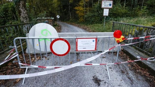 Angekettete Straßengitter, massive Betonwände: Kuchl verstärkt jetzt die Maßnahmen im Kampf gegen seine Quarantäne-Sünder. (Bild: Tschepp Markus)