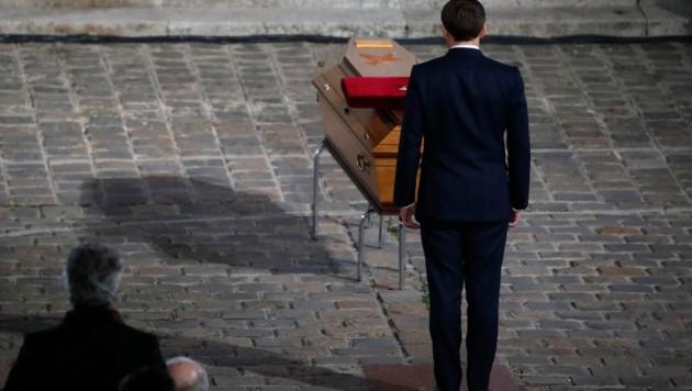 Präsident Emmanuel Macron erwies dem ermordeten Samuel Paty vor dessen Sarg seine letzte Ehre. (Bild: AFP)