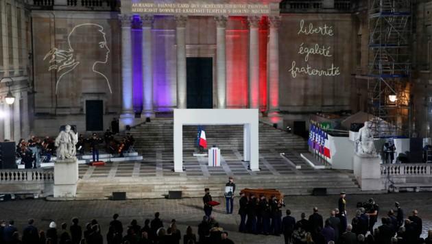 Macron würdigte den enthaupteten Geschichte-Professor in einer emotionalen Ansprache als Vorbild. (Bild: AP)