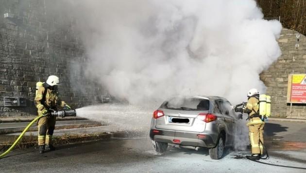 Ein brennender Suzuki auf der B311 rief am Mittwoch die Schwarzacher Feuerwehr auf den Plan. (Bild: FF Schwarzach)