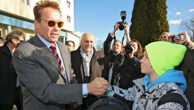 Arnold Schwarzenegger besuchte im Jänner 2012 Güssing. Der damals 12-jährige Jan-Niklas hatte beim Treffen mit seinem Idol großes Herzklopfen. (Bild: Krone Archiv)