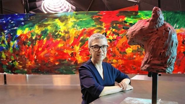"""Kunsthaus-Chefin Barbara Steiner mit großformatiger Malerei und """"wilder"""" Skulptur Brandls (Bild: Christian Jauschowetz)"""