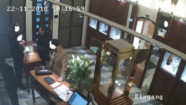 Der Verdächtige soll bei einem österreichischen Schmuckhändler Gold gekauft haben, nachdem Transaktionen von US-Firmen erfolgt sind. (Bild: LPD Wien)