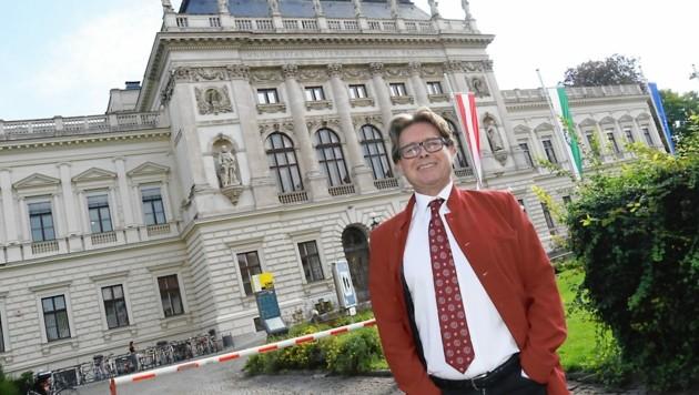 Rektor Martin Polaschek vor dem Hauptgebäude der Uni Graz (Bild: Christian Jauschowetz)
