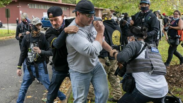 Rangelei zwischen Mitgliedern der rechten Gruppierung Proud Boys und einem Journalisten (Bild: APA/Getty Images via AFP/GETTY IMAGES/Nathan Howard)