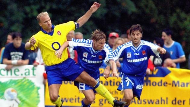 Gernot Plassnegger (M.) und Joachim Standfest (r.) bekämpften einst beim GAK gemeinsam Superstars wie Arsenals Dennis Bergkamp (l.) (Bild: GEPA pictures)